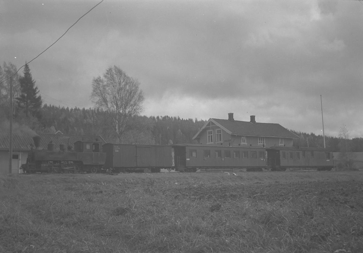 Tog retning Sørumsand avventer avgang fra Skulerud.