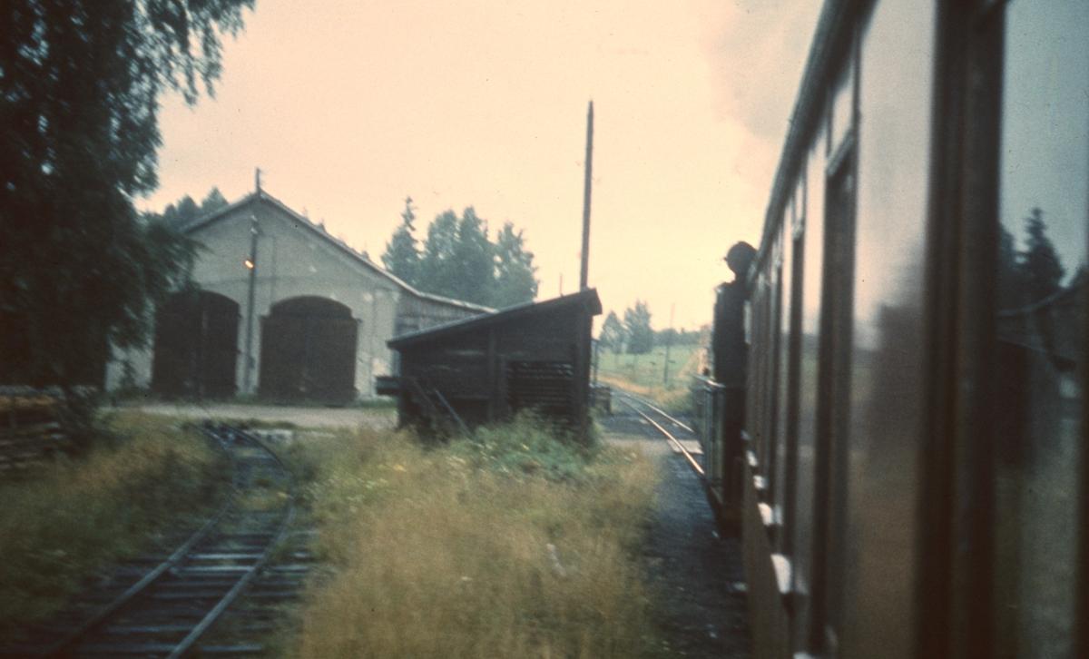 Tog 2058 til Sørumsand ved lokomotivstallen på Skulerud.