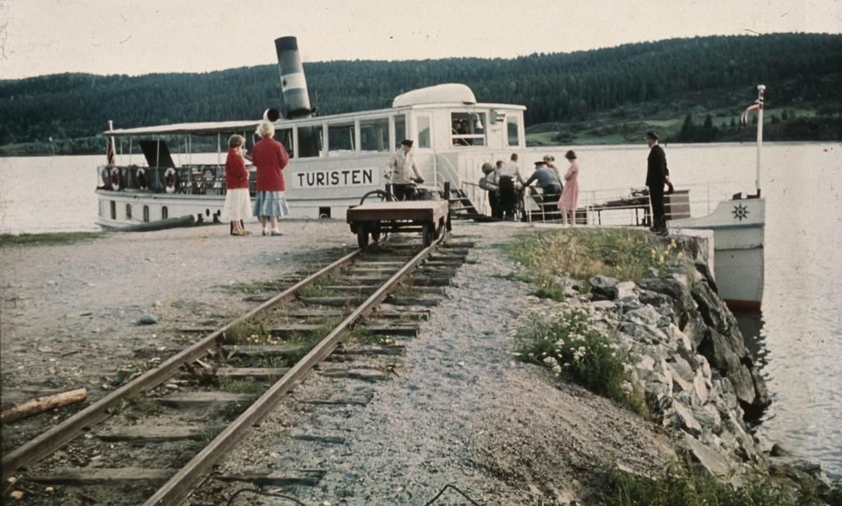 Ombordstigning i D/S Turisten ved Skulerud brygge