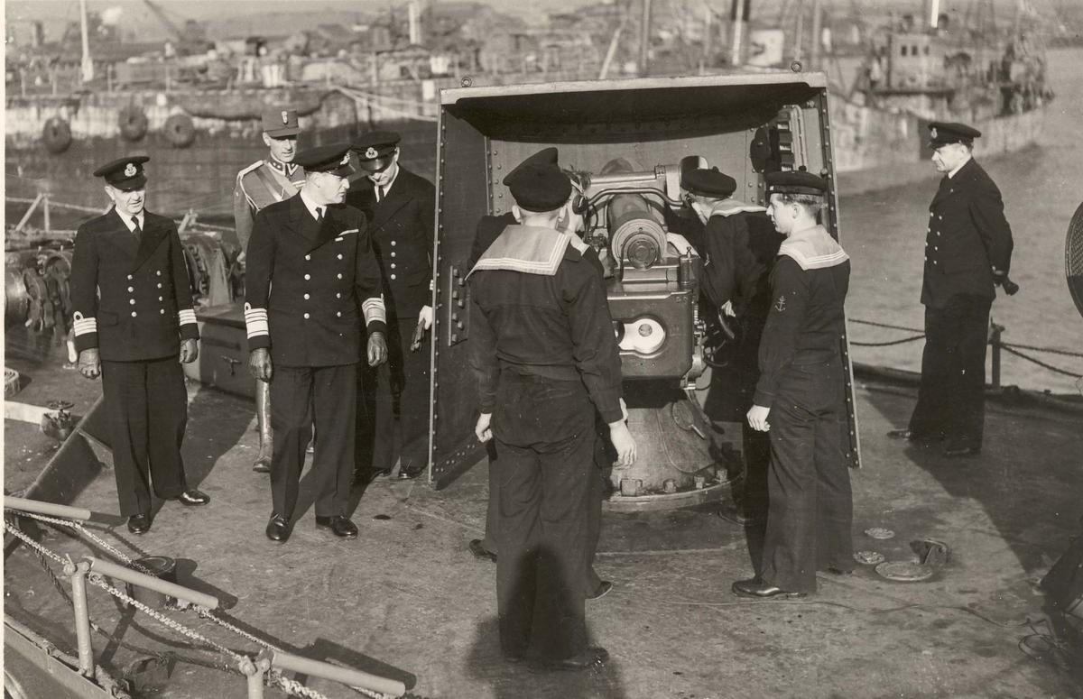 """Jageren """"Sleipner"""" ,1. nov. 1940, under inspeksjon av HKH Kronprins Olav."""