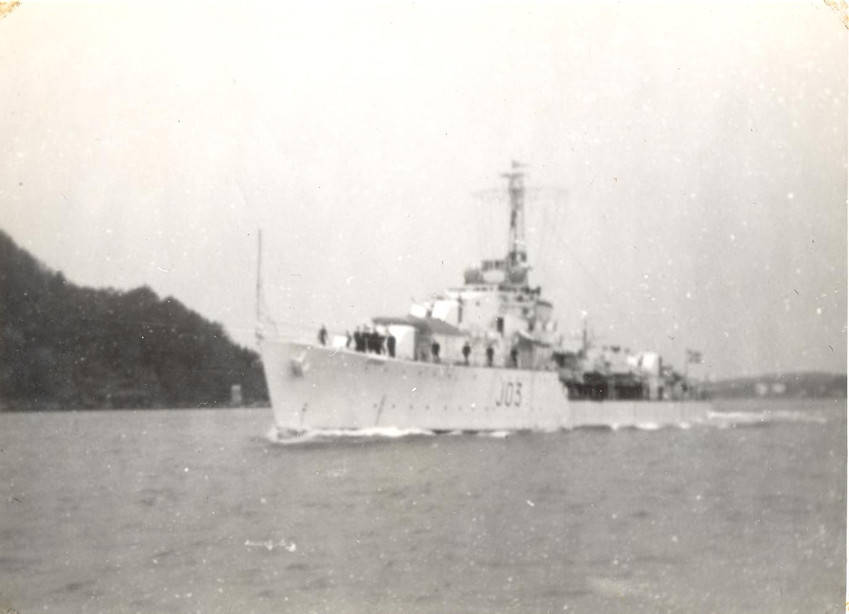 Enkeltbilde. C-kl jager KNM Bergen ankommer Bergen for første gang. fartøyet stevner inn fjorden.