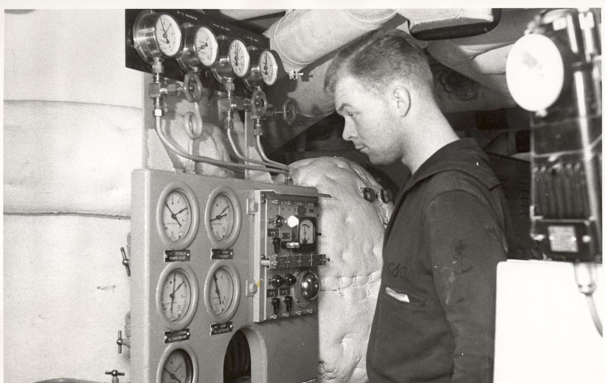 """Tjueen foto fra fregatten KNM """"Oslo"""" under tjeneste vinteren 1967 i Nord-Norge. Livet om bord, fra kjelerommet"""