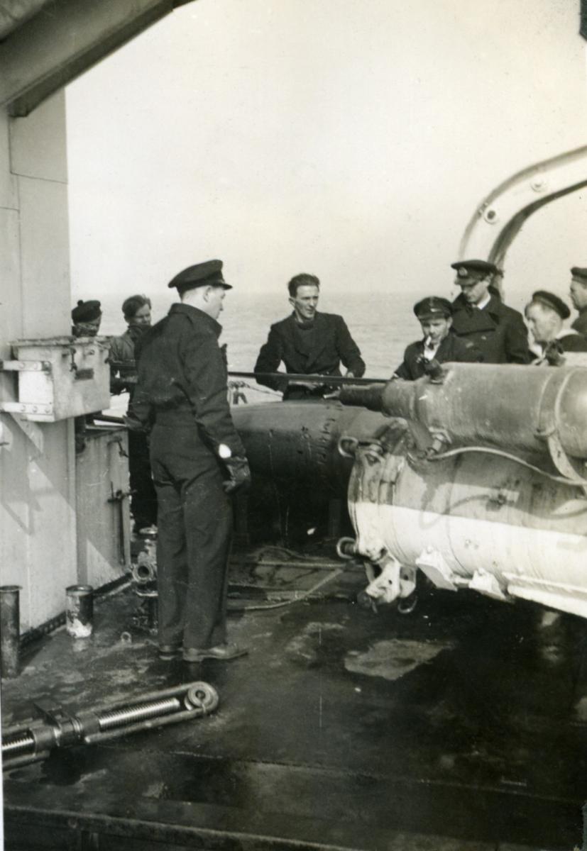 "Album Glaisdale H.Nor.M.S. ""Glaisdale"". Fotograf: Kadett Smith. Torpedo tube instruksjon."
