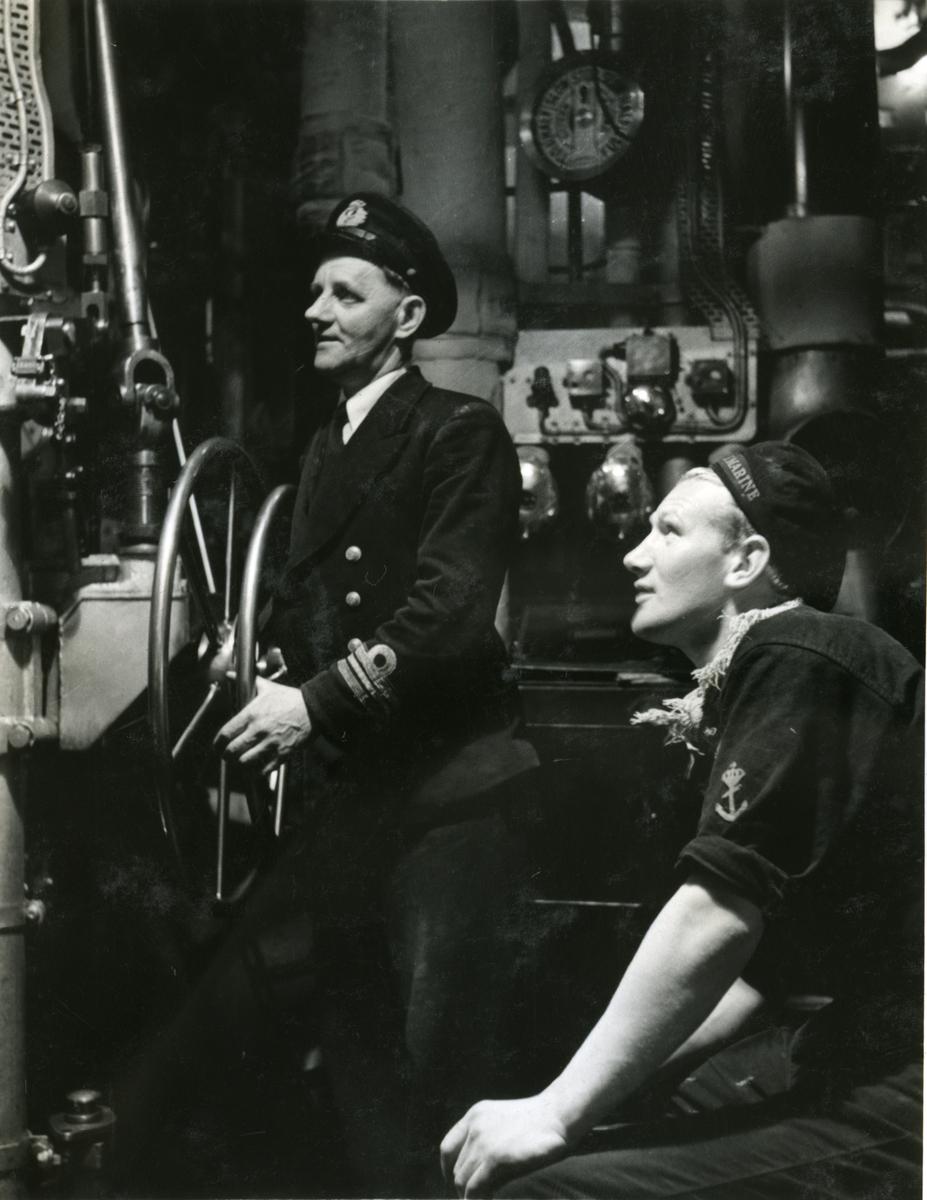 "Album Glaisdale H.Nor.M.S. ""Glaisdale"". Fotograf: Keystone press. Sjefsingeniør på vakt."