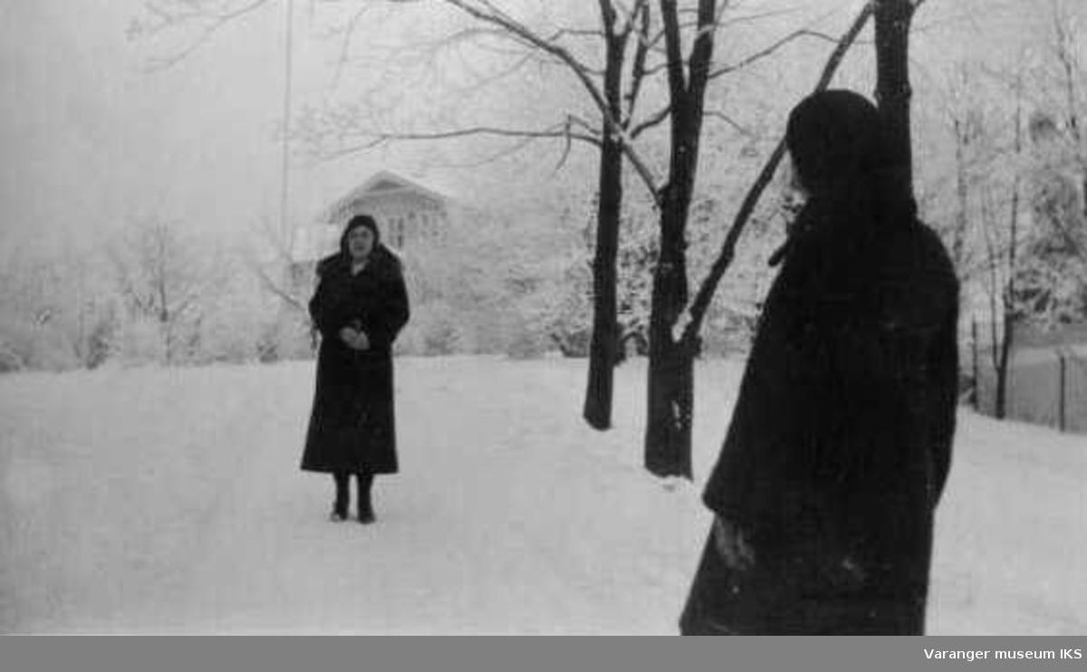 Mildrid Karlsen og venninne ute i vintervær