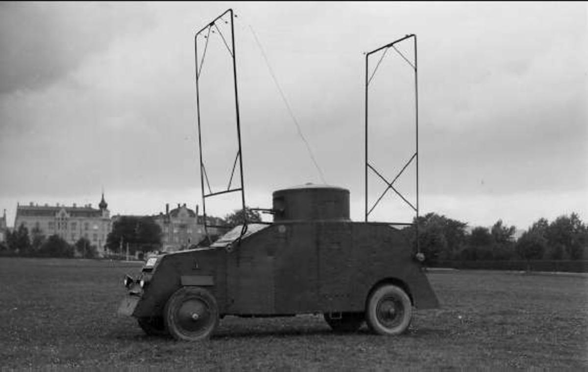 Första antennanordningen för svensk pansarbil.