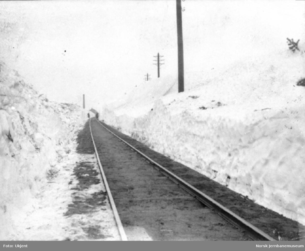 Vinter på Jærbanen, befaring ved brøytekanter i Modtlandskjæringen sør for Nærbø stasjon, sett mot Nærbø stasjon