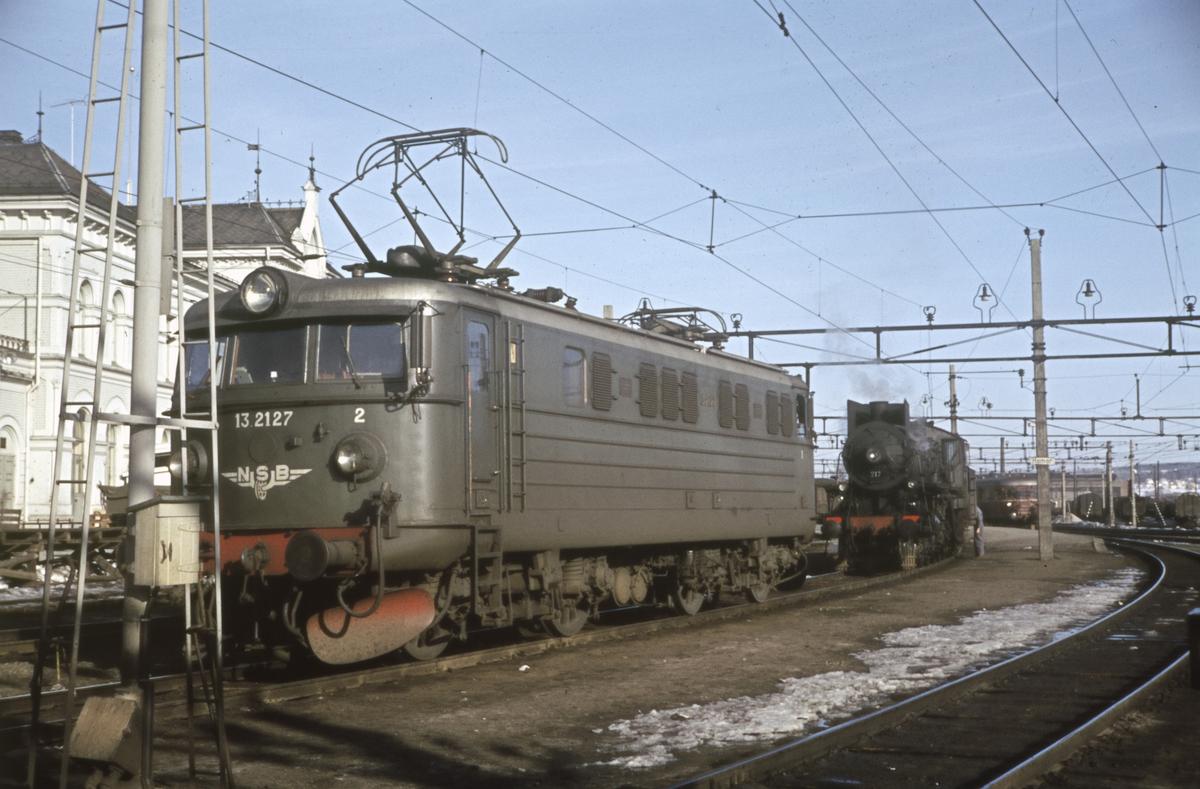 Elektrisk lok type El 13 og damplokomotiv type 26a på Hamar stasjon