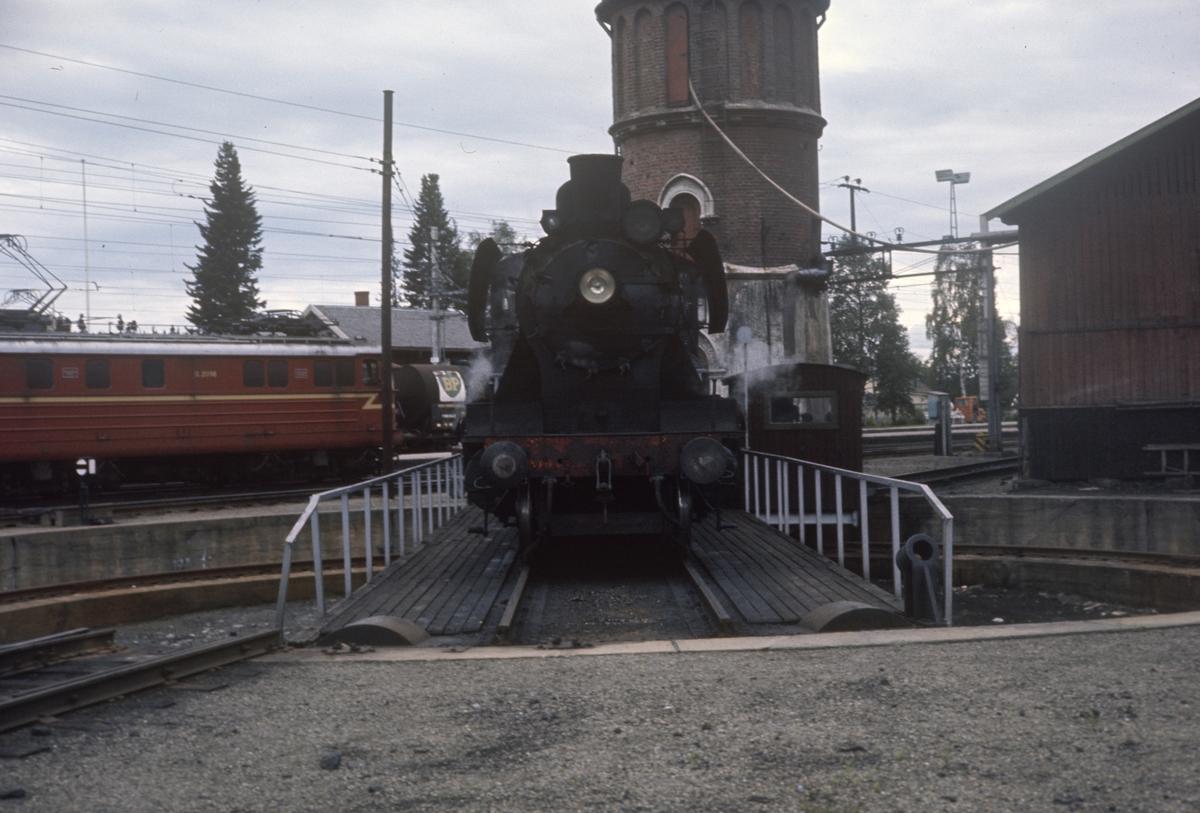 Damplok type 24b nr. 264 på svingskiven på Eina stasjon.