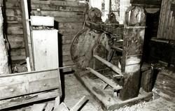 Fotografi fra snekkerloft, snekkerverksted med dreiebenk. Ba