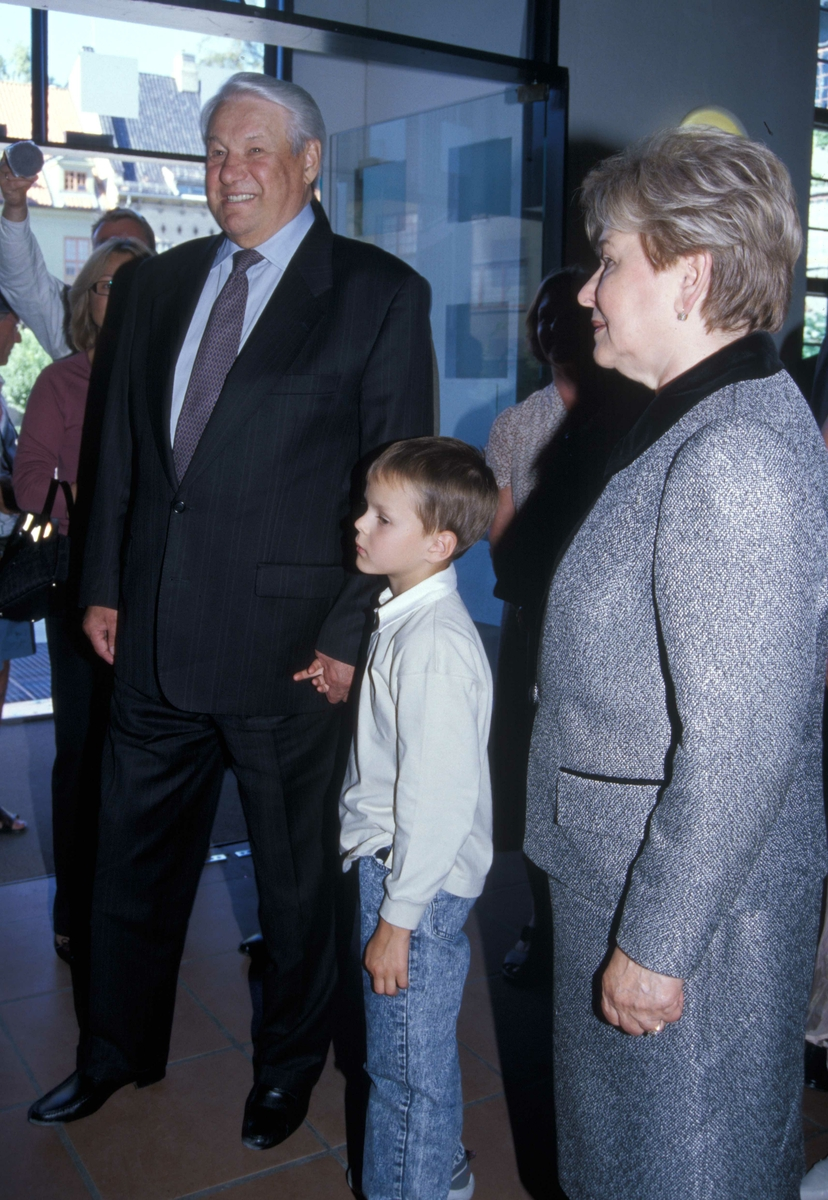 Russlands president, Boris Jeltsin, med kone og barnebarn, på Norsk Folkemuseum 15.august 2004 ved åpningen av utstillingen Norge-Russland  Naboer gjennom 1000 år.