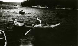 En mann og to barn i robåt. Ferieliv på Oslo Godtemplarungdo