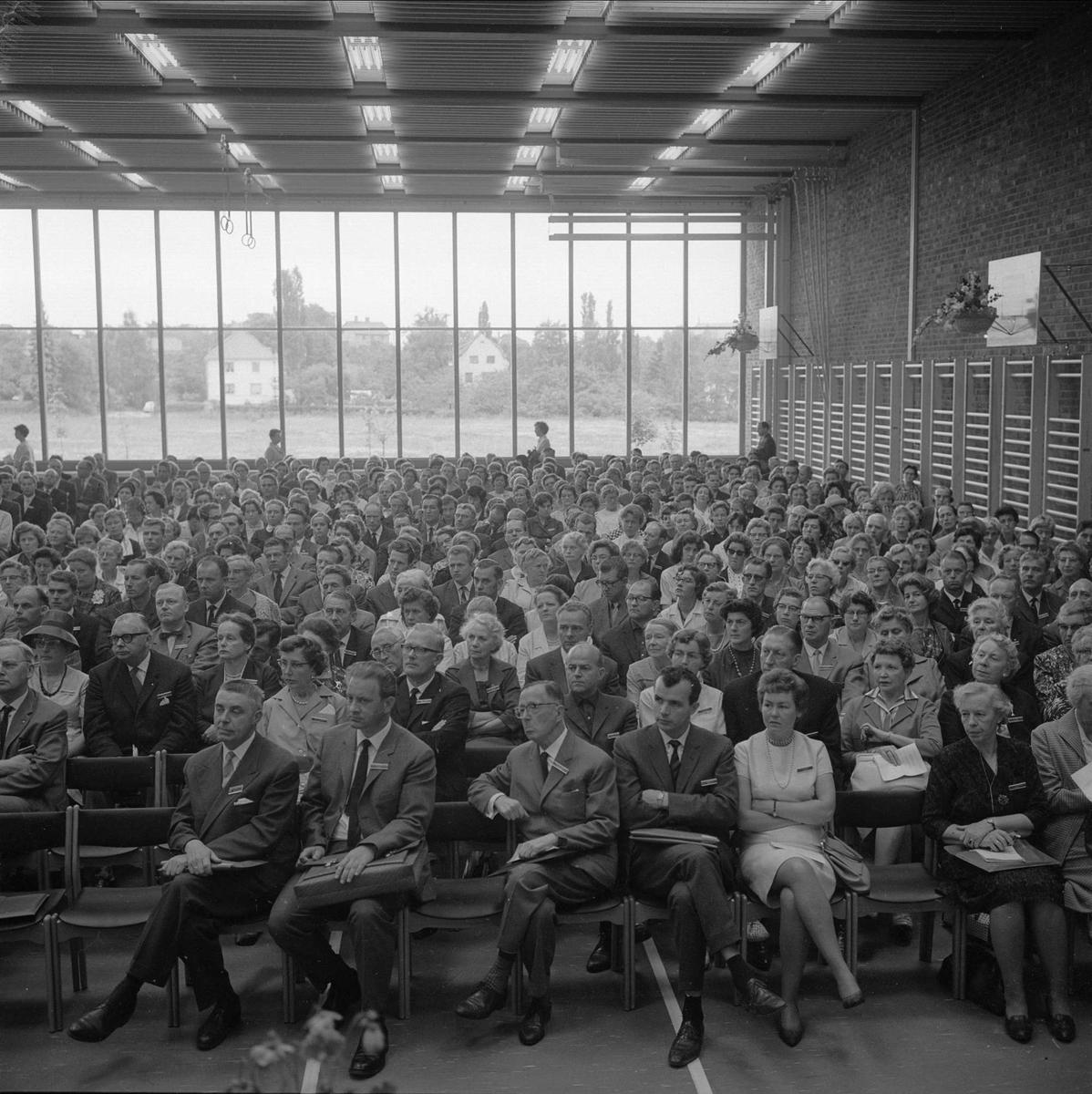 Skolebygning, forsamling i gymsal, Oslo, august 1963.