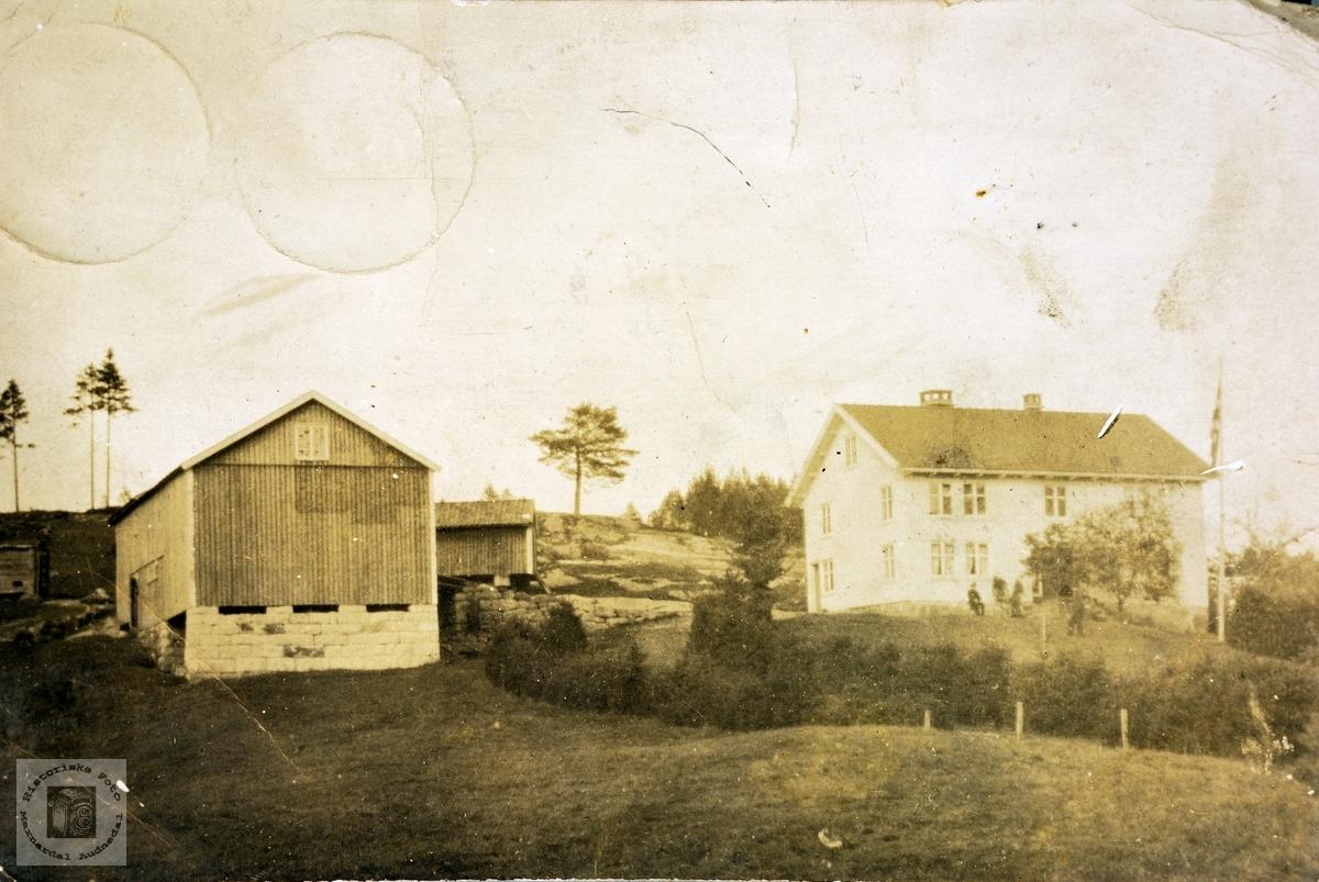 Hovedbygning og uthusbygning fra Trygsland i Bjelland.