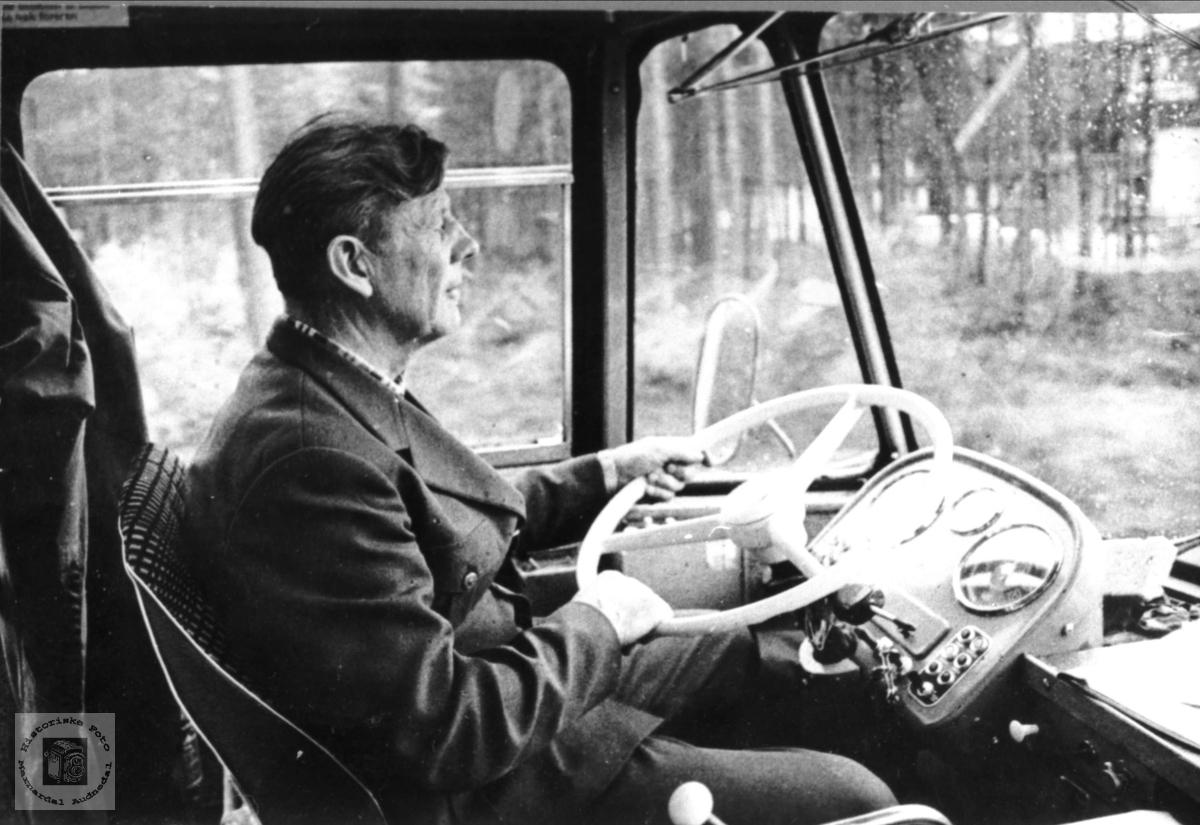 Portrett av bussjåfør Jørgen Forgard, Åseral.