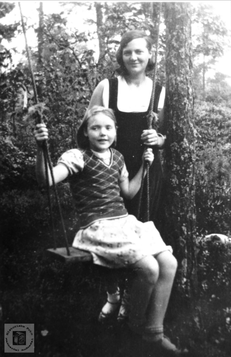 Mor og datter. Reidun Aasen Haugland og Judith Kjørsvik Aasen, Laudal.