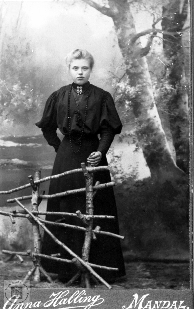 Portrett av konfirmanten Guri Lauvdal, gift Skuland, Laudal.