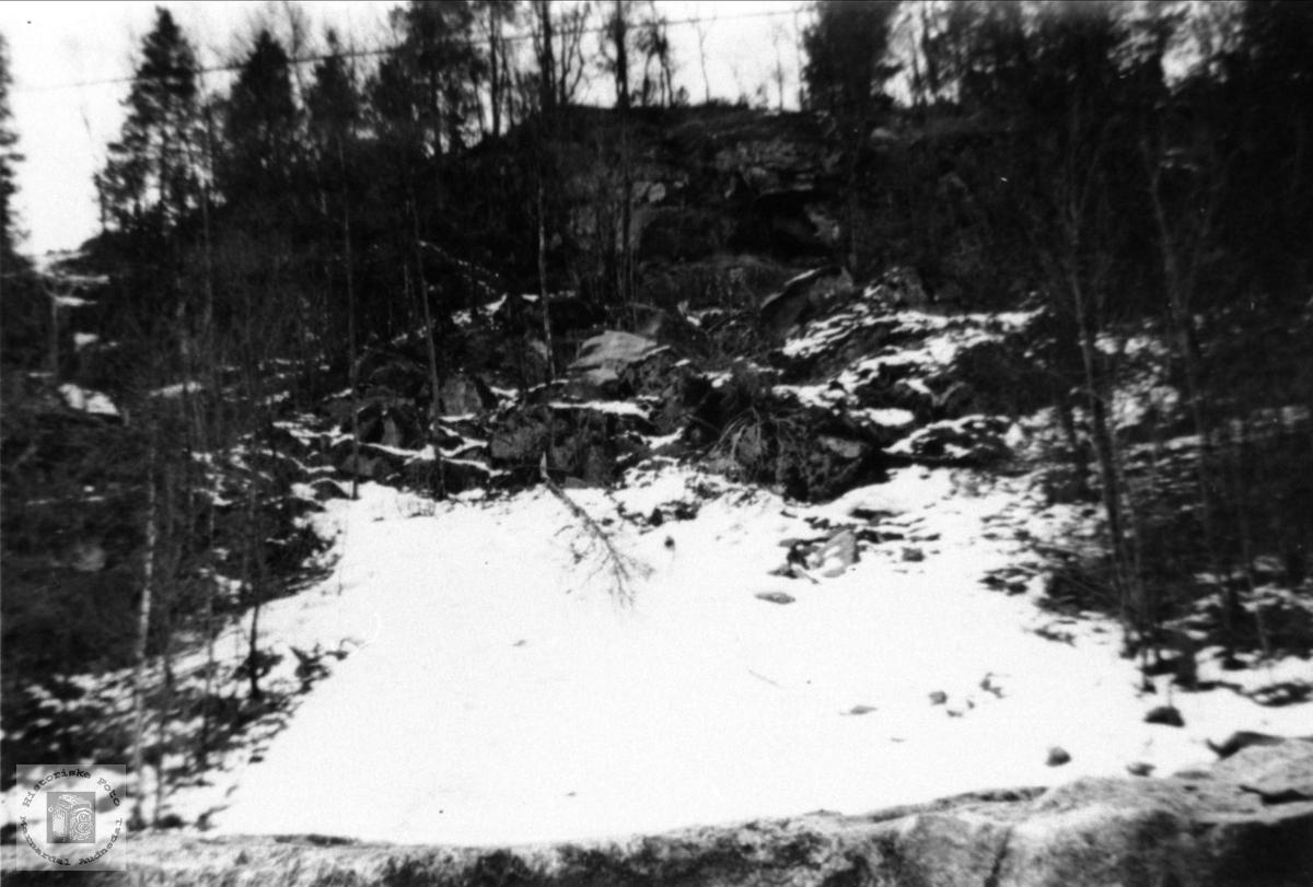 Stein som traff jernbanelinja kom herfra, Sjåvann Øyslebø.