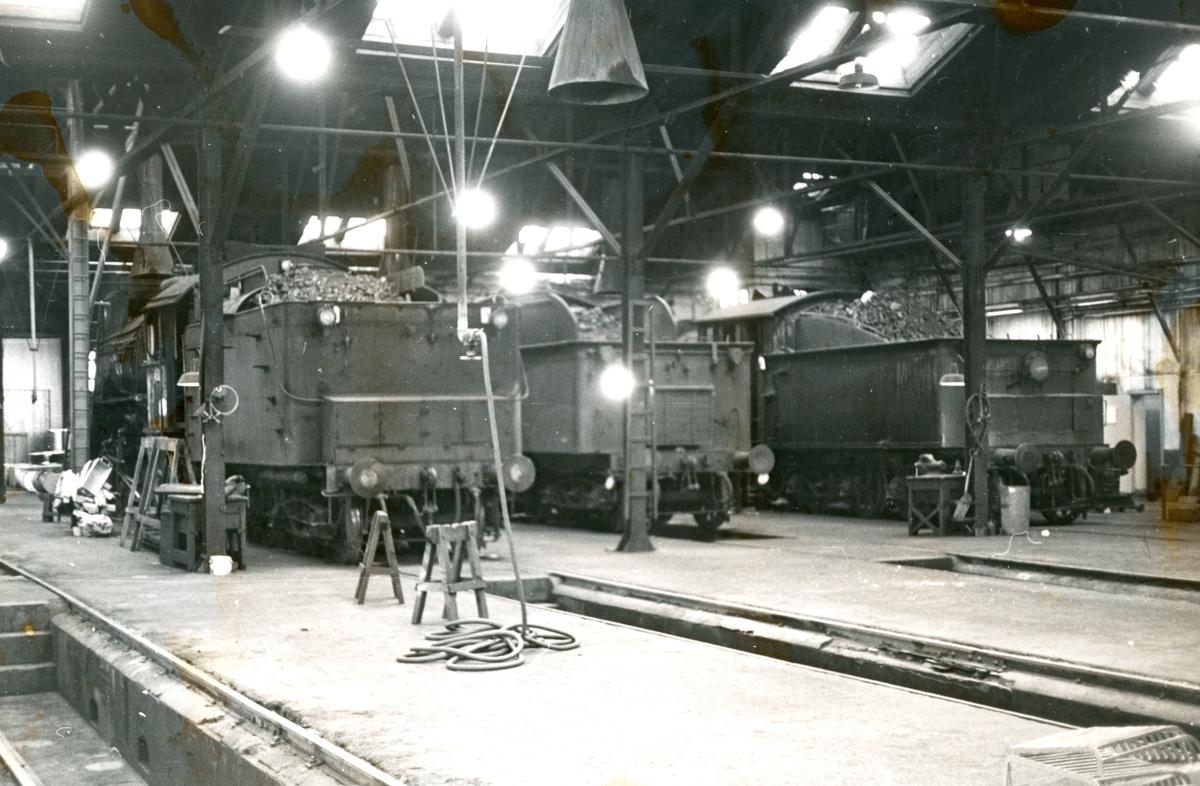 Damplok type 31b nr. 452 samt lok av type 27 og 24 i gamlestallen i Lodalen i Oslo.