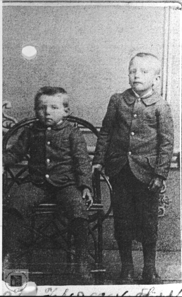 Brødreportrett av Gustav og Sigvart Wigemyr, Øyslebø.