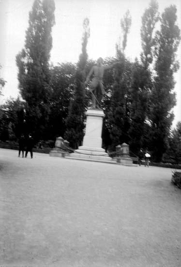 "Enligt text som medföljde bilden: ""Stockholm Karl XII:s staty 2/9 1900""."