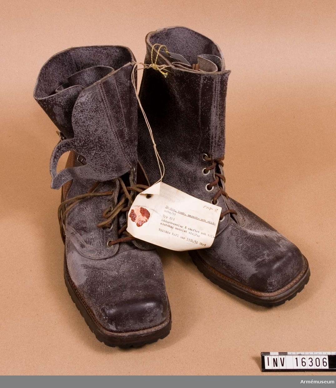 Typ III. Med läderöverslag å skaftet och tillslutning med slejfar. Tillhör KAFI dnr 5331/51 UTRB. Gummisulan är märkt: La suola, Vibram Brevettata discesa. Bakkappan är av ljusare läder.1 par.