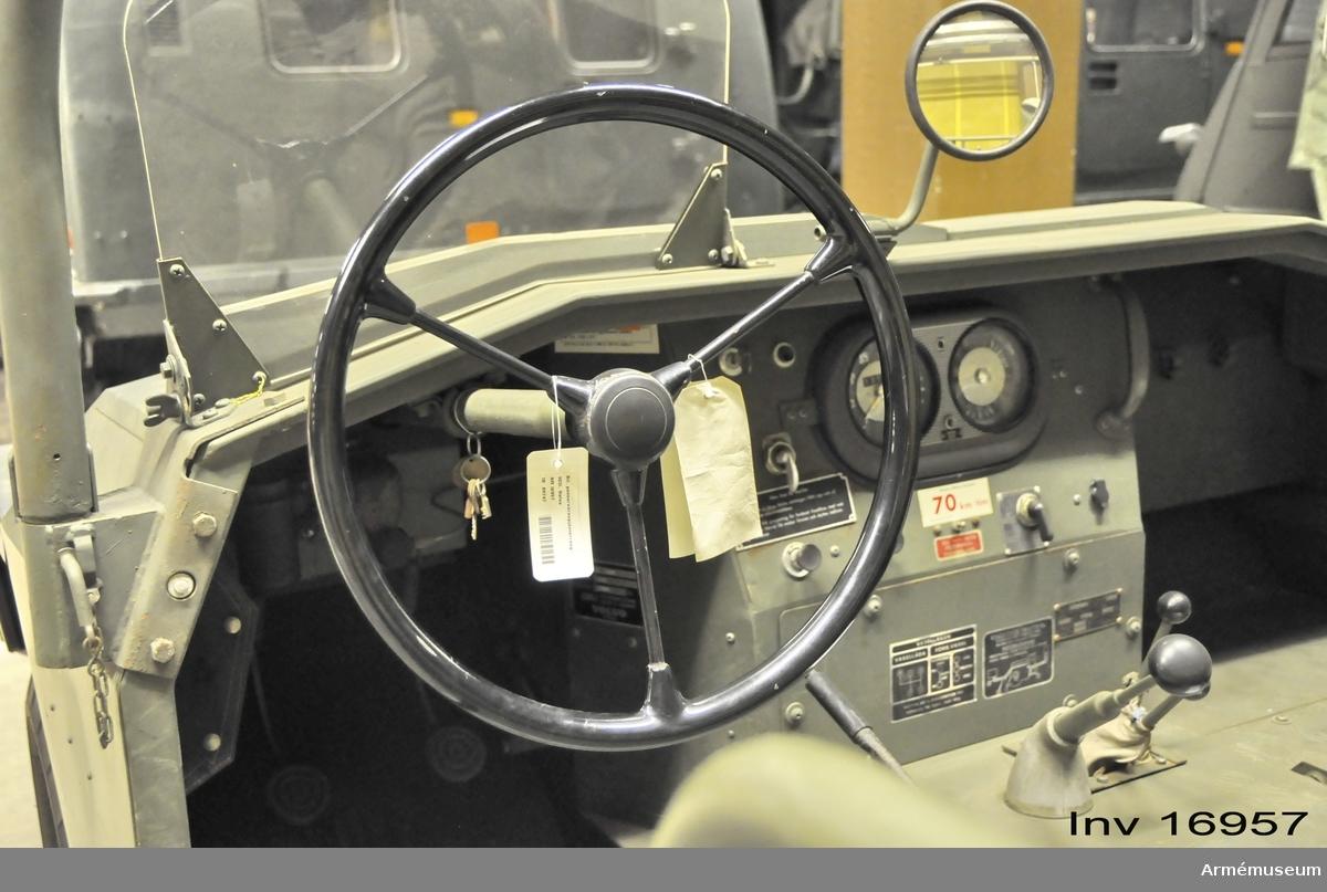 Fabrikat: Volvo L 3304/1964. Datum för första registrering: 6 juli 1964. Drivmedel: bensin, bränsletankens rymd: 50 liter.  Se Personlastterrängbil. Beskrivning del 1. Försvarets materielverk 1970. Armématerielförvaltningen. (F 1093-569010).