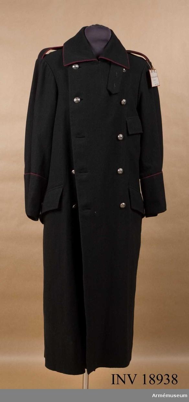 """Grupp C. Överrock för menig vid 1 skvadron vid något kavalleriregemente i Norge 1893. Av svart kläde (mörkgrått) med dubbla knapprader, 5 knappar i rad. Baktill finns en slits som knäppes med 2 knappar och i livet en slejf, som knäppes med fyra knappar. Axelklaffar av samma kläde, b:35 mm, l: 130 mm. Klaffarna har passpoal av karmosinrött kläde runt omkring och är fastsydda vid ärmsömmarna och fästade på rocken med knappar. Fickorna, 2 på sidorna, rakskurna med fyrkantiga lock och 1 på bröstet, vänstra sidan, också med lock. Foder av blått flanelltyg på överrockens övre del. Ärmarna har foder av grovt linnetyg, på vilket finns en stämpel: """"N 1. 93"""" Dragonregement N:1 - år 1893. Knappar av vitmetall och horn märkta """"1"""". (""""1"""". (""""1""""- dragonregementet N:1- år 1893. Knappar av vitmetall och horn märkta """"1"""". (""""1"""" - första skvadron i regementet): 10 st på bröstet och 2 st på slitsen, d:25 mm och 2 st på axelklaffarna, d: 15 mm. På slejfen 4 st knappar, flata, av metall täckta med svart tyg. Krage liggande, med fyrkantiga ändar med hylsa och hake. Runt omkring kragen finns karmosinröd passpoal. Ärmuppslag av samma kläde, 16 cm hög, rakskuren med karmosinröd  passepoal. LITT  Handbuch der Uniformkunde. Prof. Richard Knötel.  Hamburg 1937. Sida 259 Norge. År 1890 fick kavalleriet istället för röd passpoal, karmosinröd. Knapparna för kavalleriet av vitmetall. Militära uppgifter om Norge, Stockholm, 1903, sida 31. Kavalleri: Kappan är mörkgrå (nästan svart). Arméns officersuniformer Reglementariska bestämmelser. Kristiania. 1903. sida 9. Knappar för kavalleri med horn inuti. Enl W Granberg i maj 1953."""
