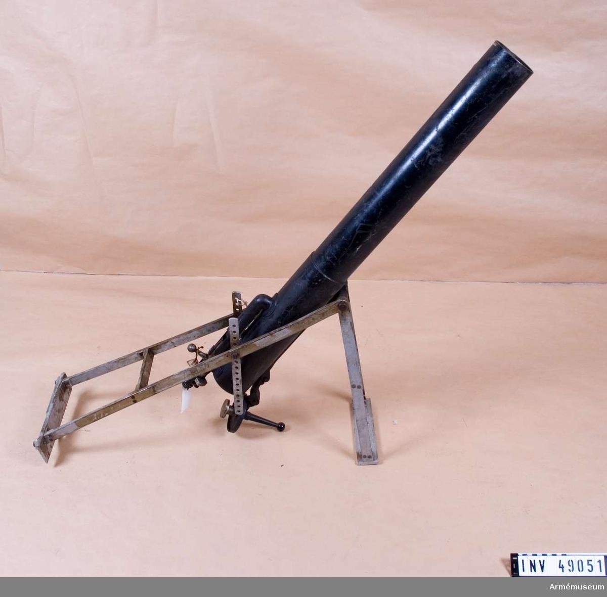 .Grupp E X b. Tillverkningsnummer 30.Enligt kat.kort och inv.förteckning ett utskjutningsrör, enligt  inventering år 1996 en granatkastare som kan öppnas baktill  och har slutstycke för drivpatron. 1997-06-18 /GO