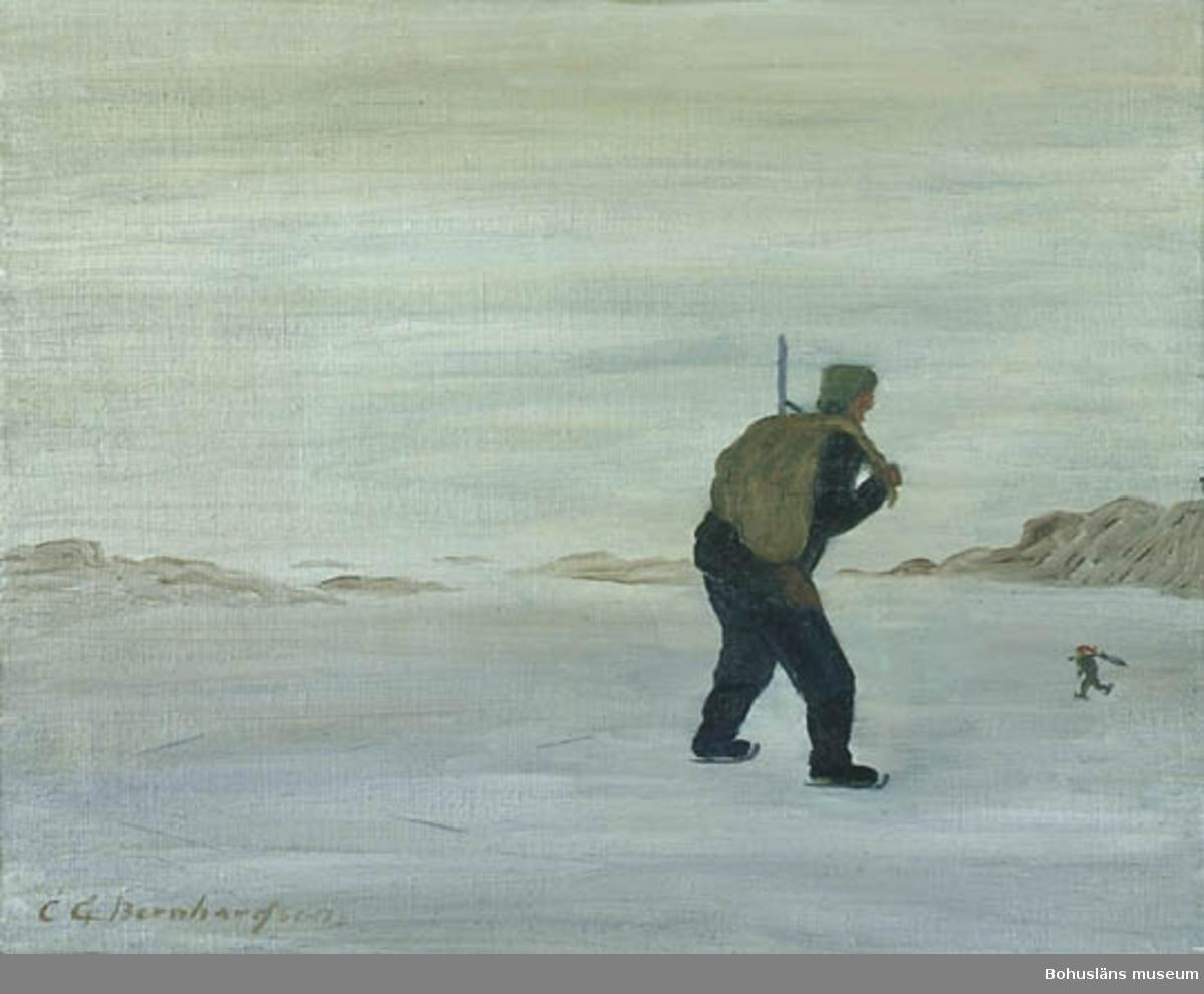 """Baksidestext:  """"SjöFågelsskytten. Förr då isen låg i Fjolmynningarna sköt man fogel i de öppna strömdragen. Tavlan visar en skytt på väg till Köpstaden med fogel i en säck på ryggen. Han åker (går på skener) skridsko och möter Nessen. Ur Folklivet Morlanda gamla sogn. Baahus -len. C.G. Bernhardson. Nessen bär en fågelfjäder på ryggen och Gubben """"hajjar till"""" = stelnar, men inte av Rädsla.  Ordförklaring: Fjolmynningarna = fjordmynningarna, fogel = fågel, köpstaden = staden, där man inköpte varor, som inte fanns i de små fiskelägena, nessen = vätte, litet tomteliknande väsen, sogn = socken, Baahus-len = Bohuslän, råsjakten = jakt vid isråkar. Dialektala uttryck.  Litt.: Bernhardson, C.G. Bohuslänskt folkliv, Uddevalla, 1982, s. 29. Titel i boken: Råsjakten. (Rås = isråk).  Övrig historik; se CGB001."""