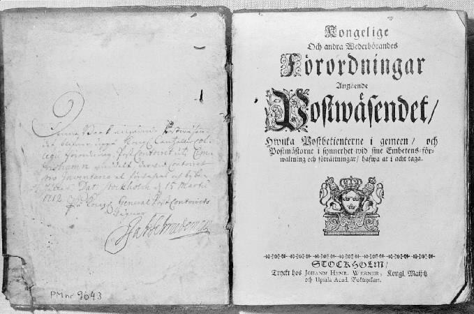 """Bok med tryckta svenska postförordningar mellan 1636-1707. Utgiven av överpostdirektören J. Schmedeman. Tryckt i Stockholm hos Johann Henr. Werner. Namnschiffer både på fram- och baksidan av pärmen. Pärmen skadad i ryggen och i ena hörnet. På ryggen en påklistrad etikett med bläck: """"Postförordningar 1636-1707""""."""