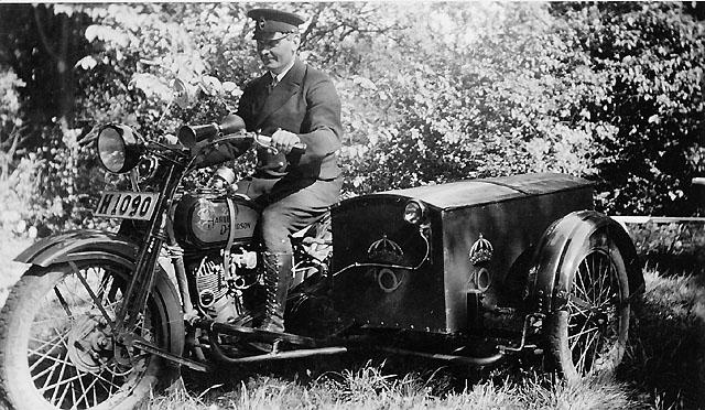 """""""Vinholm, drottning Victorias chaufför på Öland, körde posten från Kalmar till Solliden, 1932""""."""