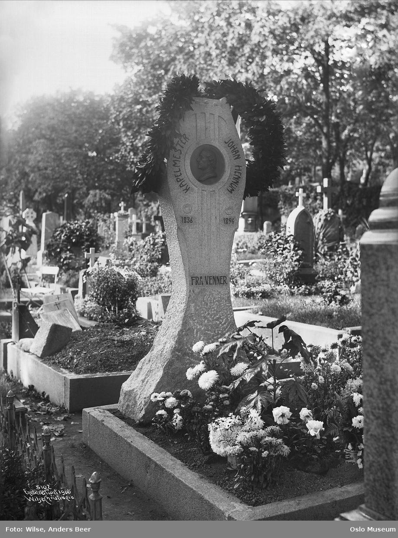 kirkegård, gravstøtte, portrettrelieff, kranser