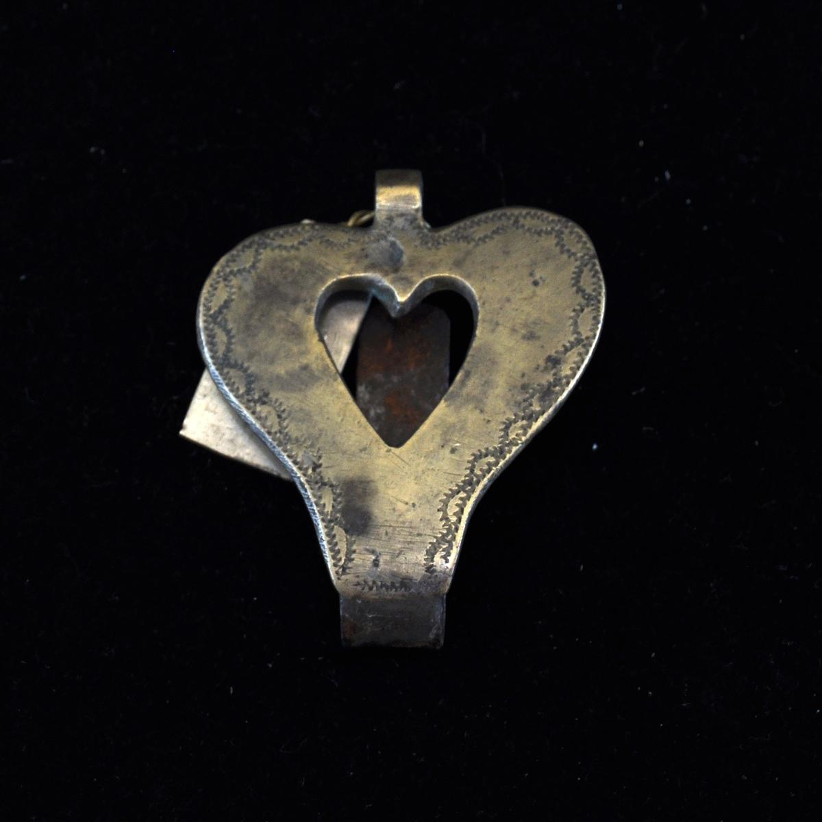 Fra protokollen: Nøkelkrok av messing. Dobbel hjerte-form.