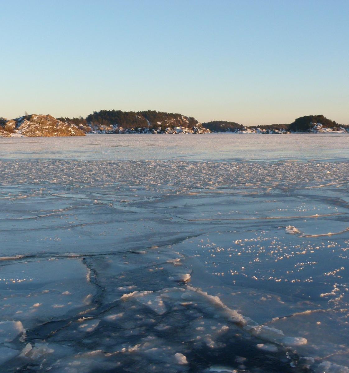 Isen legger seg på fjorden. Tatt fra Naus mellom Kragerø og Stabbestad.  22. januar 2013. Solnedgang.