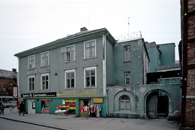 Bybebyggelse,  Bondeheimen. Lars M. Larssens kolonial på gateplan.