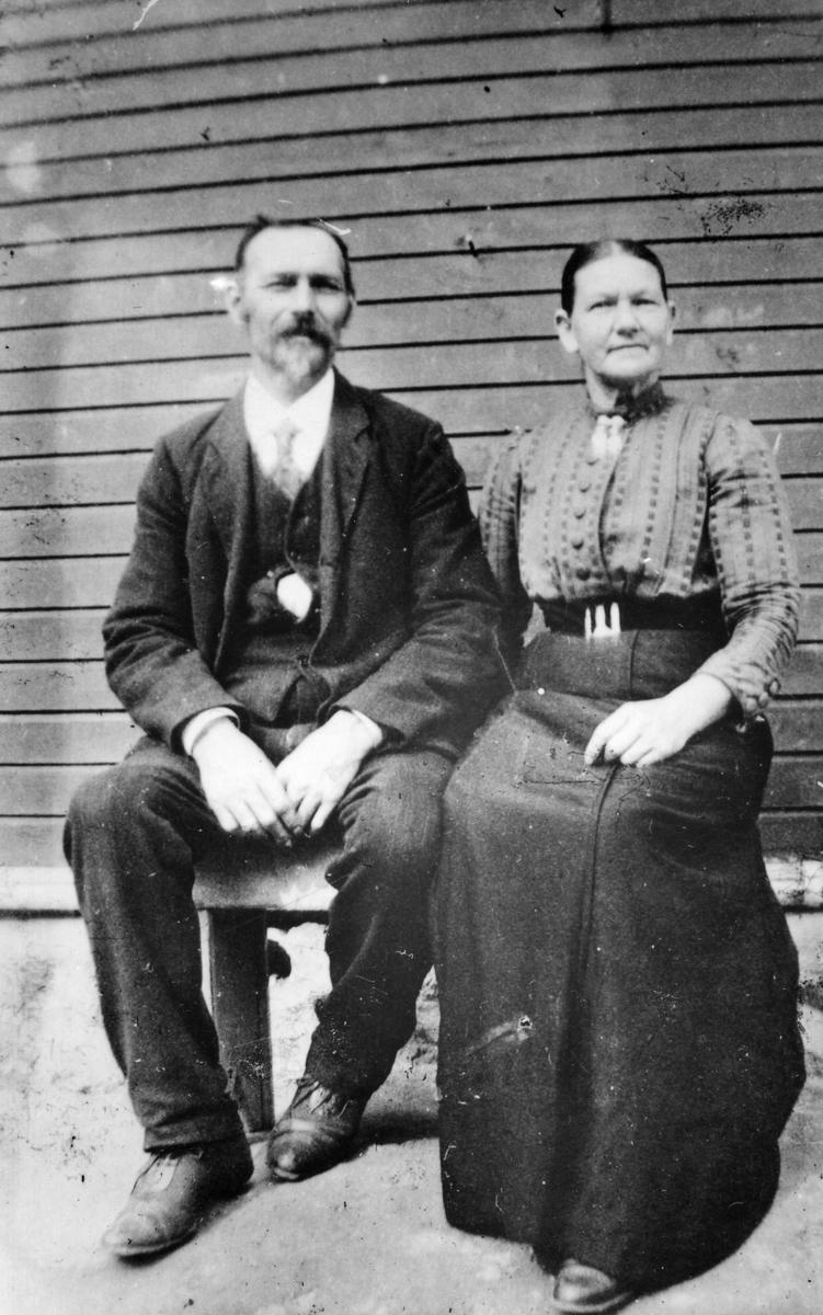 Aurabanens lokomotivfører Martin Hansen med kona Julie.