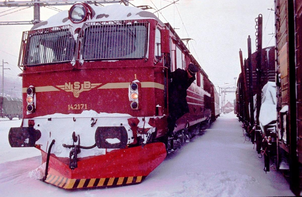 Tog 602 fra Bergen til Oslo på Ål stasjon. Bytte av lokomotivfører.