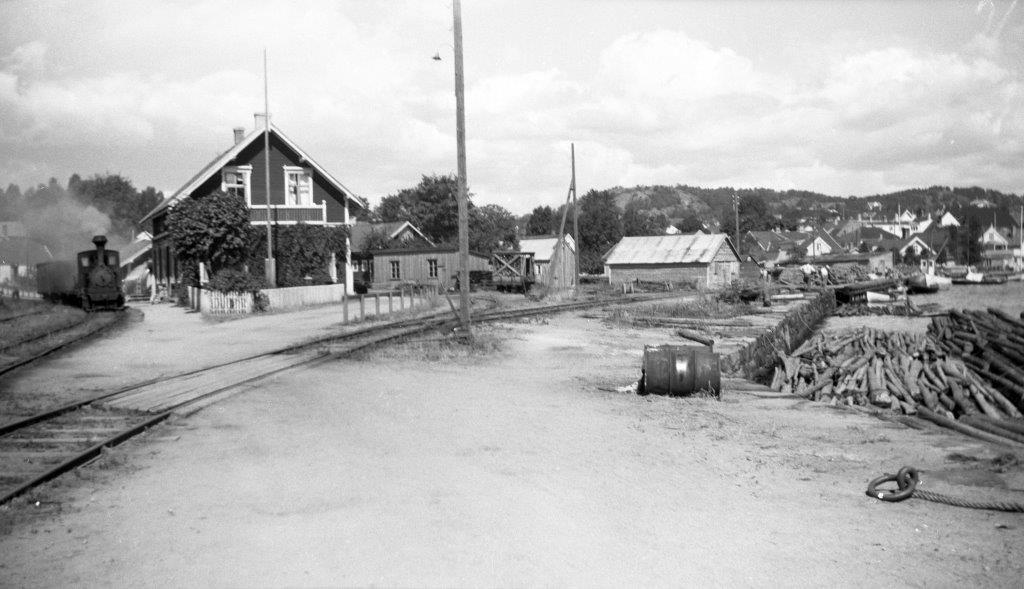 Blandet tog trukket av damplokomotiv på Lillesand stasjon på Lillesand-Flaksvandbanen.