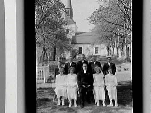 A= 4 flickor, 5 pojkar och kyrkoherde Skjöldebrand.B= 4 flickor, en pojke och kyrkoherde Skjöldebrand.C= Två plåtar: en flicka, konfirmand.Kils kyrka i bakgrunden.