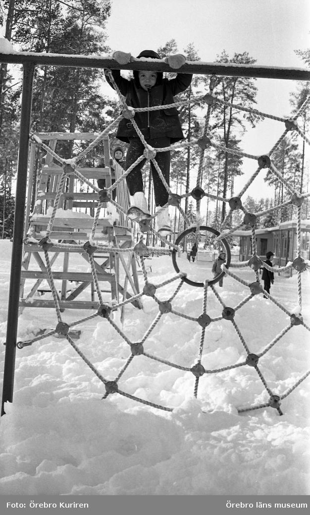 Barn i snö 1-2  25 november 1969