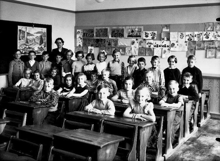 Engelbrektsskolan, klassrumsinteriör, 28 skolbarn med lärarinna fru Estrid Lundh.Klass 2am, sal 6.