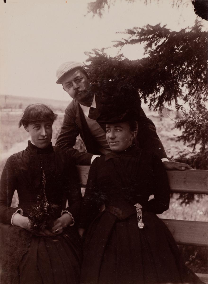 Gruppeportrett fra Gausdal Sanatorium med Hans Vogt bakerst, frøken Heitman og Mathilde Mathiesen foran.