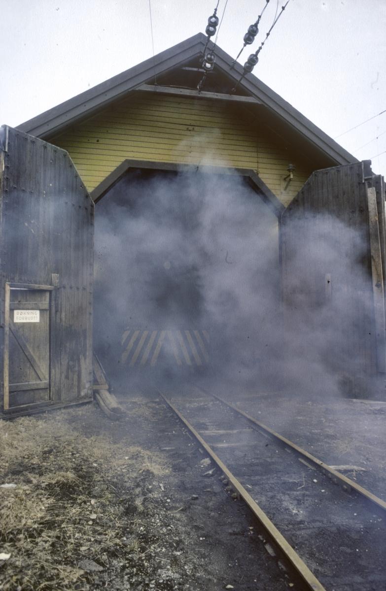 Oppstart av Thamshavnbanens Ruston diesellokomotiv nr. 10 i lokomotivstallen på Thamshavn.