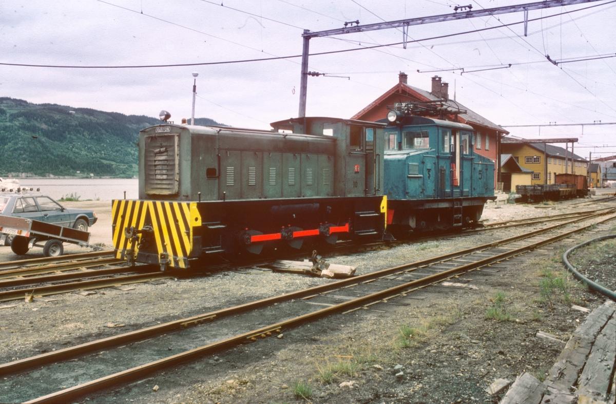 Ekstratog Thamshavn - Lᅢᄌkken med materiell til museumsbanen, trukket av diesellokomotiv nr. 10.