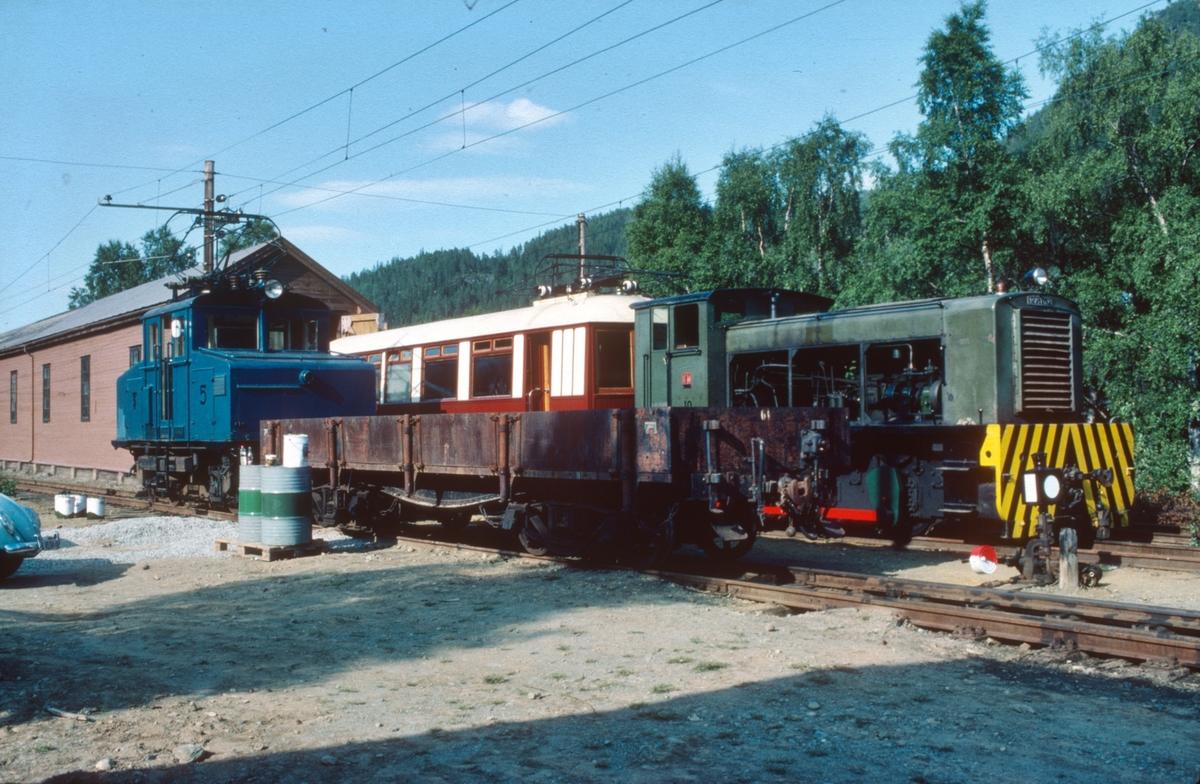 Klargjøring av rullende materiell til den nye museumsjernbanen. Ellok nr. 5, Kongevogna og diesellokomotiv nr. 10.
