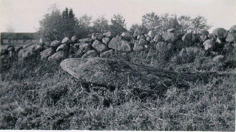Runsten vid Skyberg före resningen den 13-10-1934. Sedd från öster.