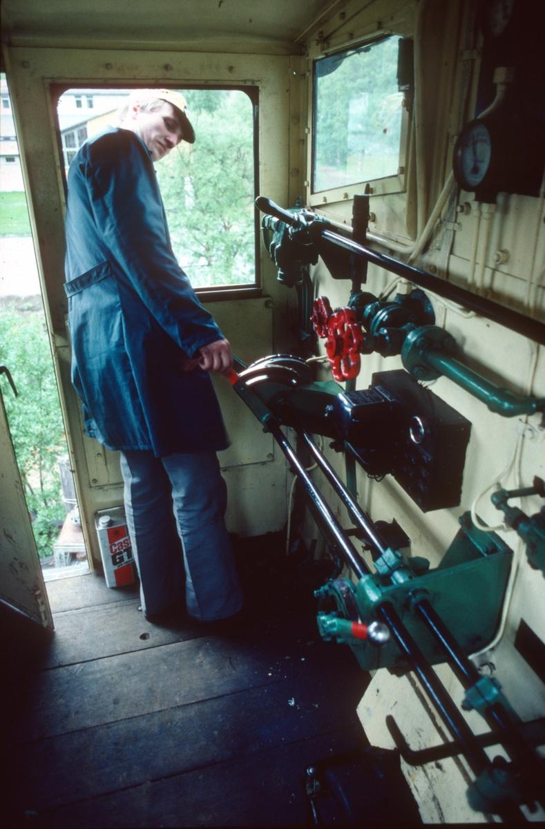 I førerrommet på Salvesen & Thams diesellokomotiv nr. 10 (Ruston). Øyvind Frøseth betjener de doble kontrollene.