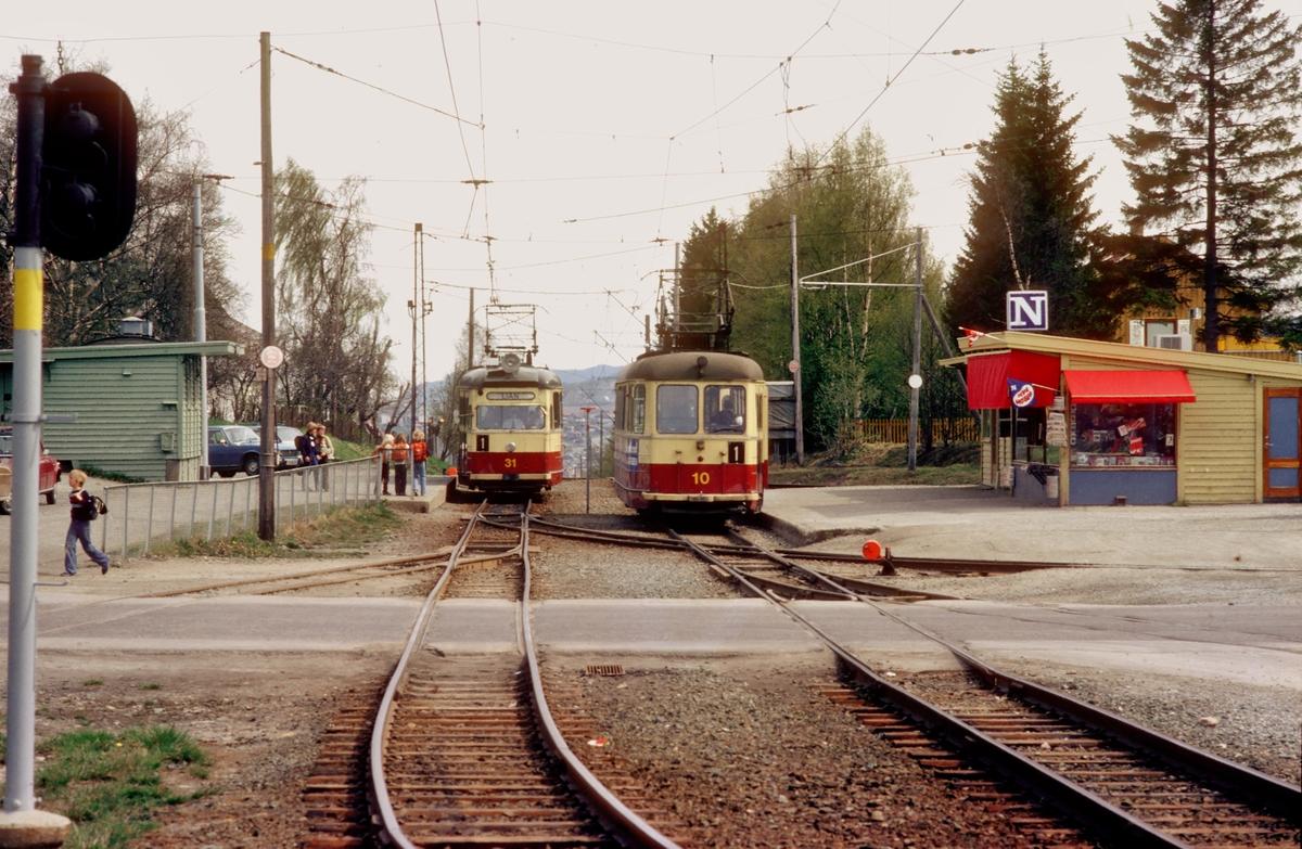 Munkvoll stasjon på Gråkalbanen. Trondheim Trafikkselskap vogner 31 og 10 møtes. Narvesenkiosk.