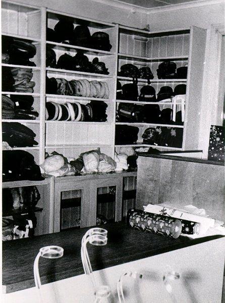 Falköpings Hattmagasin. Affären upphörde omkring 1964. Innehavare: Systrarna Rut, Mirjam och Judith Roos.